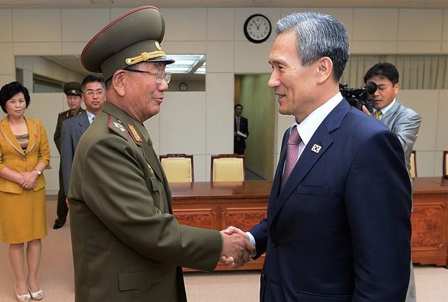 """Corea del Norte lanza un """"cohete"""" Kim-kwan-jin-hong-yong-pyo-1440488034508"""