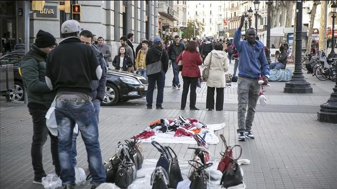 Manteros en la plaza Catalunya de Barcelona, el pasado noviembre.
