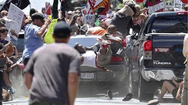 La marcha supremacista blanca en EE.UU. termina en Estado de Emergencia.