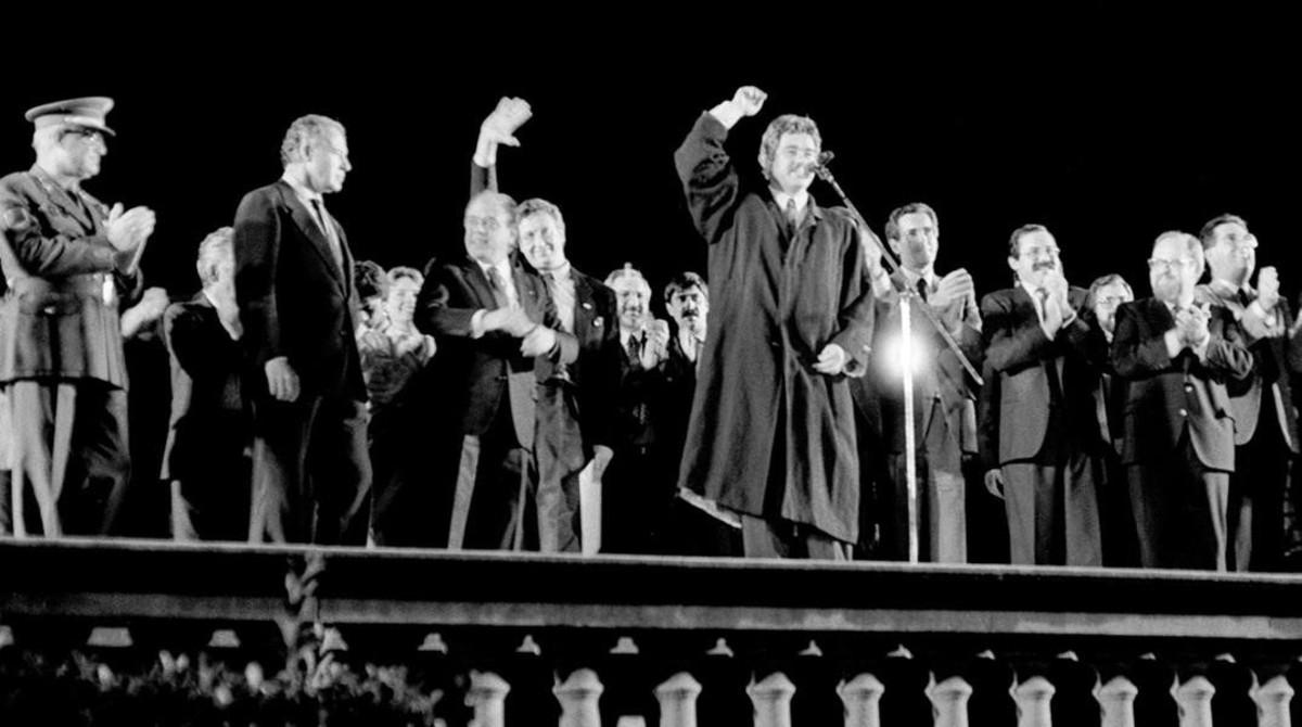 17 de Octubre ds 1986. El alcalde de Pasqual Maragall exultante de alegría celebra la nominación de la ciudad de Barcelona como organizadora de los Juegos Olímpicos de 1992.