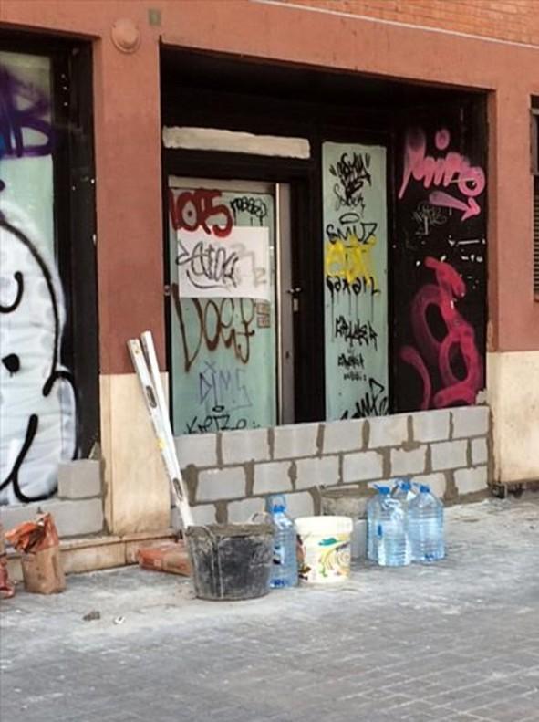 Oficina de 'la Caixa' cerrada, en la calle de N�pols con Buenaventura Mu�oz de Barcelona.