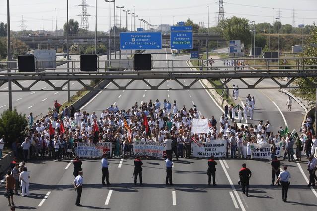 Mil personas manifiestan recortes sanitarios barcelona for Sanitarios barcelona