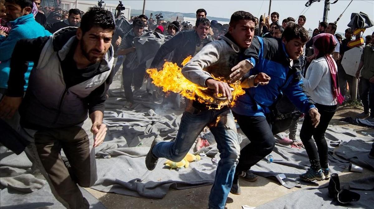 Un refugiado se quema a lo bonzo en la frontera entre Grecia y Macedonia