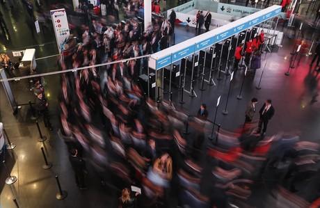 Salida de los asistentes al Mobile World Congress.