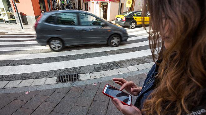 Sant Cugat protegeix els usuaris del mòbil als passos zebra