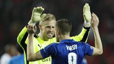 Schmeichel, con sus paradas, y Vardy, con su gol, mantuvieron vivo al Leicester en Sevilla.