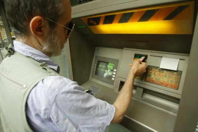 El banco de espa a exige una sola comisi n por usar los for Banco con mas cajeros