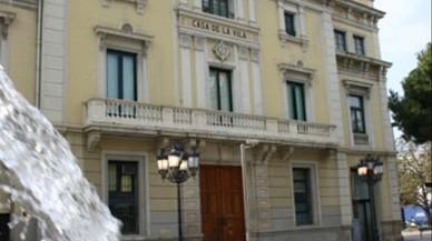 Atac incendiari a la porta de l'Ajuntament de l'Hospitalet