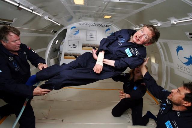 El físic britànic Stephen Hawking flota en la ingravidesa creada per les maniobres en vol d