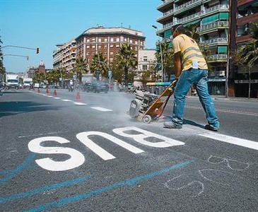 Un operario borra las antiguas lneas de la calle de la Marina tras pintar las del carril bus-taxi, ayer.