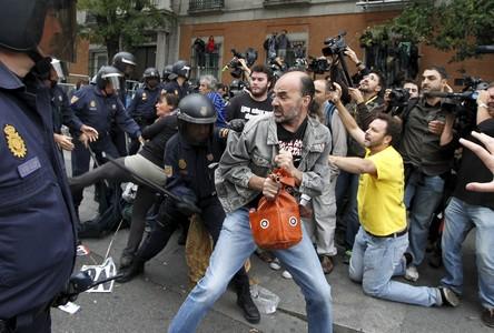 Efectivos de la Policía Nacional cargan en la plaza de Neptuno contra varios de los manifestantes en la plaza de Neptuno.