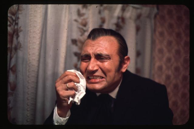 Tony Leblanc llora en una obra de televisión.