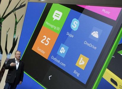 Stephen Elop, CEO de Nokia, durante la presentación del Nokia XL, este lunes en el Mobile World Congress.