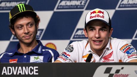Marc M�rquez y, detr�s, Valentino Rossi, durante la rueda de prensa previa al GP de Malasia, en Sepang
