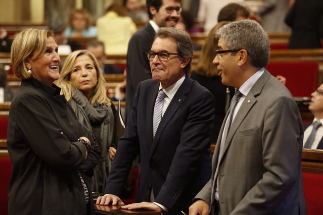 Artur Mas conversa con Francesc Homs, Joana Ortega y Núria de Gispert.