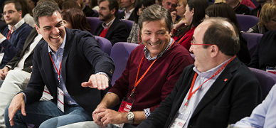 Pedro S�nchez bromea con Miquel Iceta, este s�bado en Valencia.
