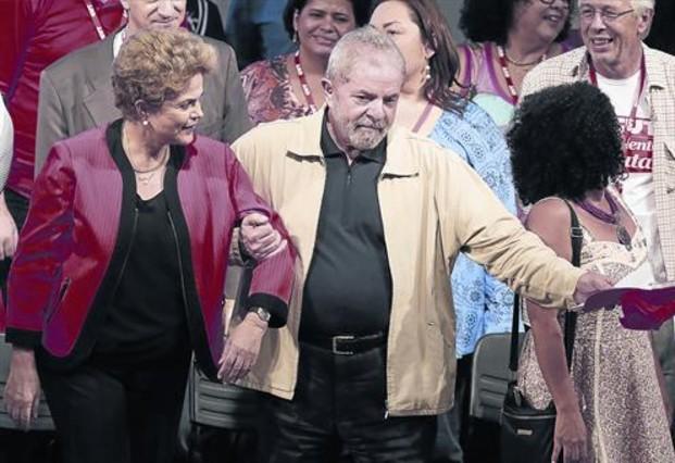 El expresidente Lula da Silva acompaña a Dilma Rousseff en una foto de archivo.