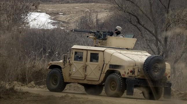 Un soldado estadounidense patrulla a bordo de un Humvee en la localidad surcoreana de Paju, junto a la frontera con Corea del Norte.
