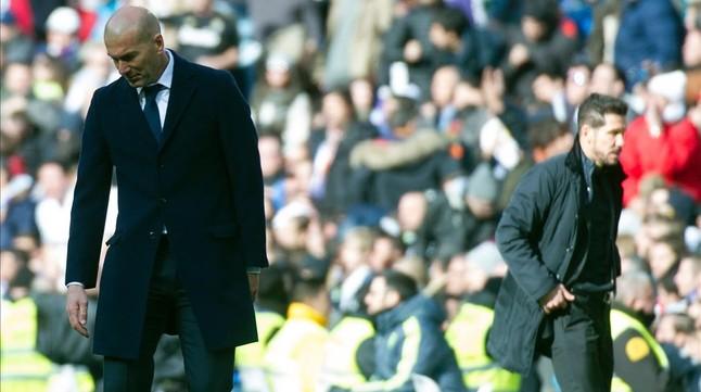 Zidane y Simeone, durante el derbi entre Atlético y Real Madrid