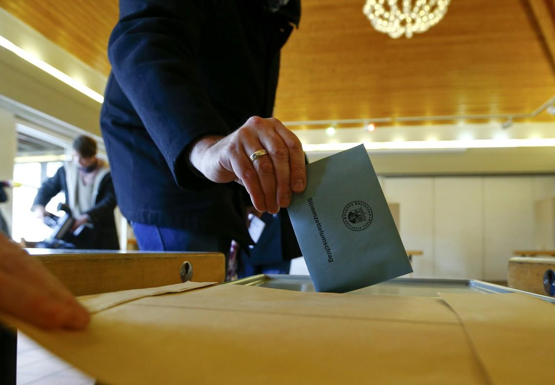 Un ciudadano vota en las elecciones regionales alemanas, esta mañana.