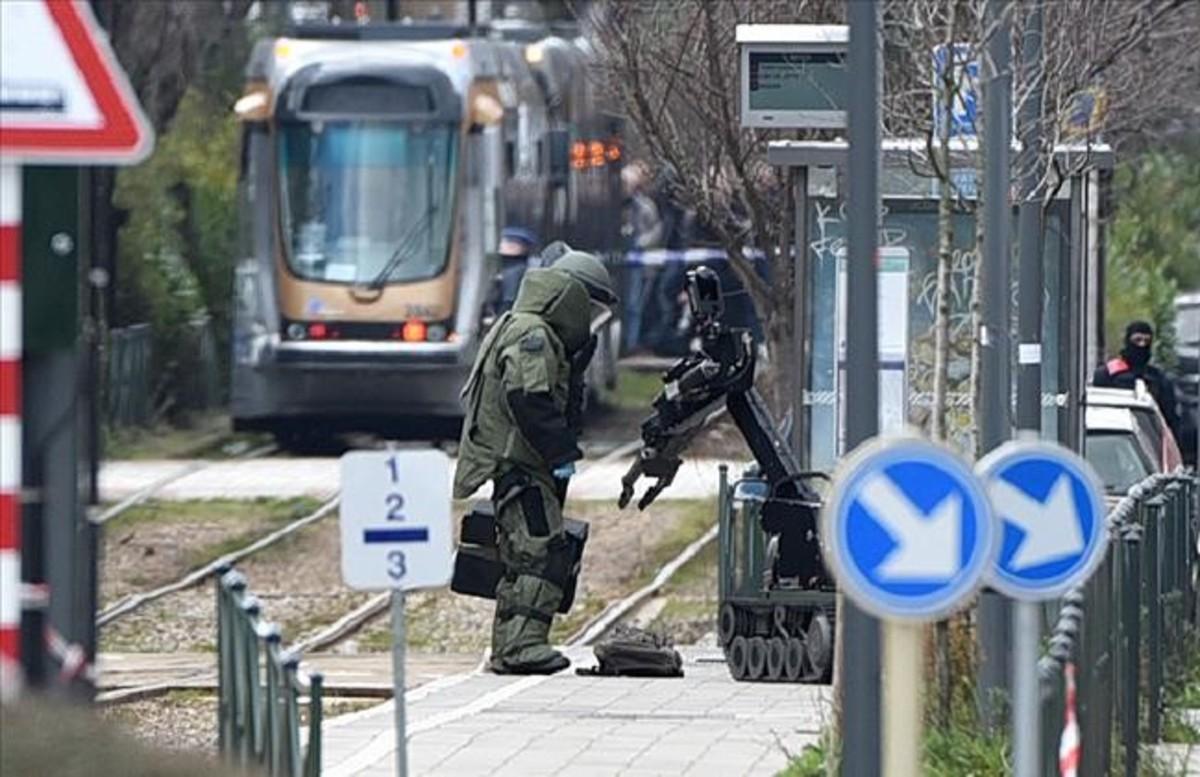 Un robot junto a un paquete sospechoso junto a un tranvía en Schaerbeek.