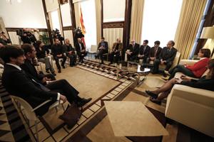 Los ponentes del borrador de constitución catalana, junto a Carme Forcadell en el Parlament de Catalunya.