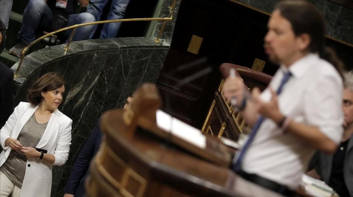 La vicepresidenta entra en el hemiciclo durante el discurso de Pablo Iglesias.
