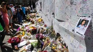 Flores en homenaje a las víctimas cerca de la Grenfell Tower, en North Kensington (Londres), el 17 de junio.