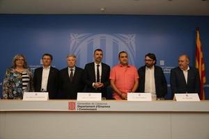 Presentación del Pacte Nacional per la Indústria, con representantes de patronales y sindicatos y el nuevo conseller, Santi Vila, en el centro.