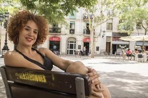 La actriz Lali Feliu, en la plaza de Osca, uno de sus emblemáticos espacios de Sants donde suele quedar con gente.