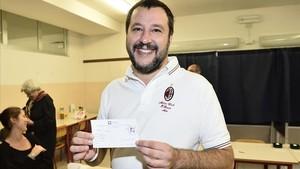 Matteo Salvini, líder de la Liga Norte, sonríe en su colegio electoral, en Milán, el 22 de octubre.
