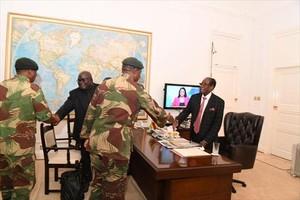Mugabe, ayer, con miembros de las Fuerzas de Defensa de Zimbabue.