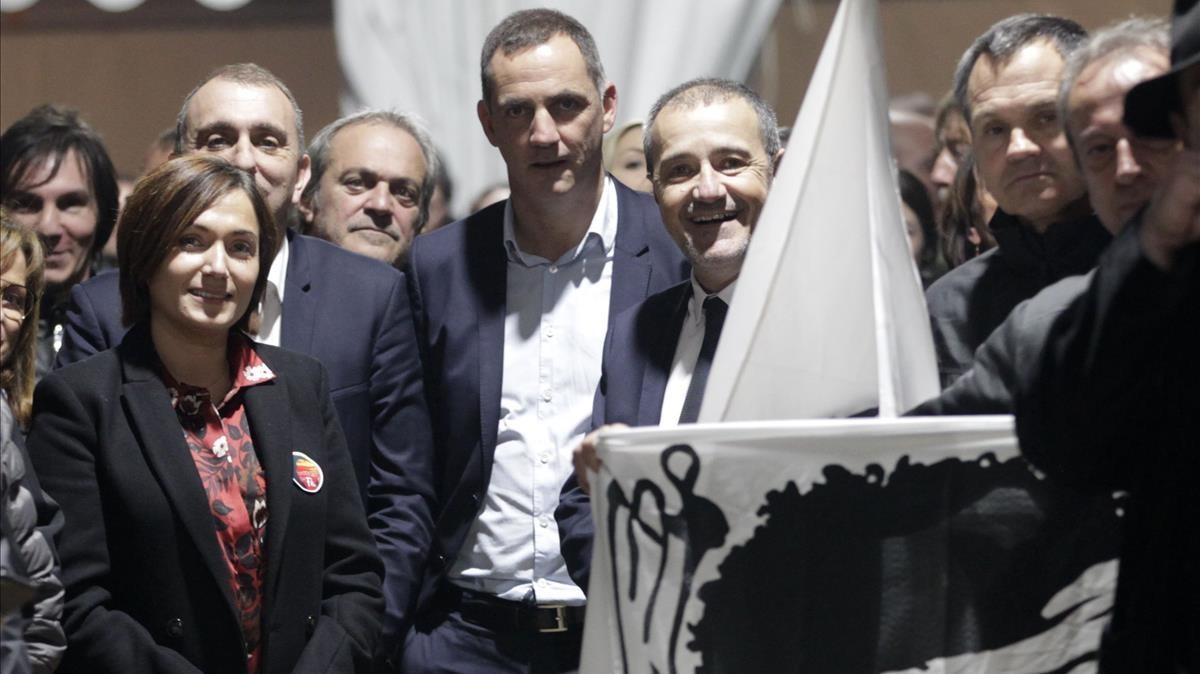 Los candidatos de la coalición nacionalista corsa, junto a una bandera de Córcega en un mitin en Bastia.
