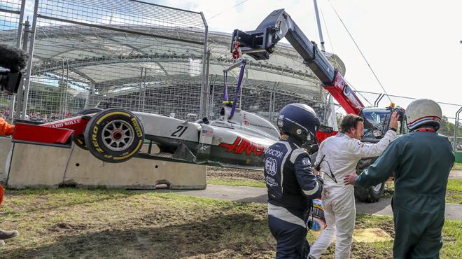 Espectacular accidente de Fernando Alonso y Esteban Guti�rrez.