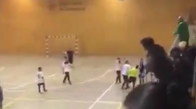 Brutal agressió d'un jugador a un àrbitre de futbol sala a Barcelona