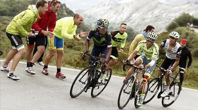 Alberto Contador, en el centro, junto a Nairo Quintana y Omar Fraile, a la derecha, durante la ascensi�n a los Lagos.