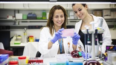 Violeta Serra (izquierda), l�der del grupo de Terapias Experimentales del VHIO, junto a la investigadora posdoctoral Marta Palafox.