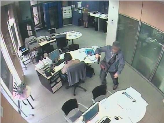 Los mossos detienen al presunto autor de 14 atracos a bancos for Oficina correos cornella