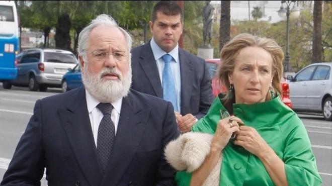 El comisario europeo, Arias Ca�ete, acompa�ado de su esposa, Micaela Domecq
