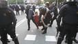 Alguns manifestants llancen pintura i agredeixen diputats i treballadors del Parlament