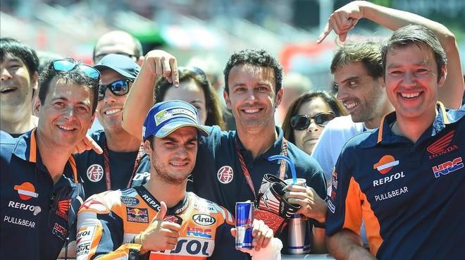 El equipo de Dani Pedrosa festeja la pole de su jefe en Montmeló.