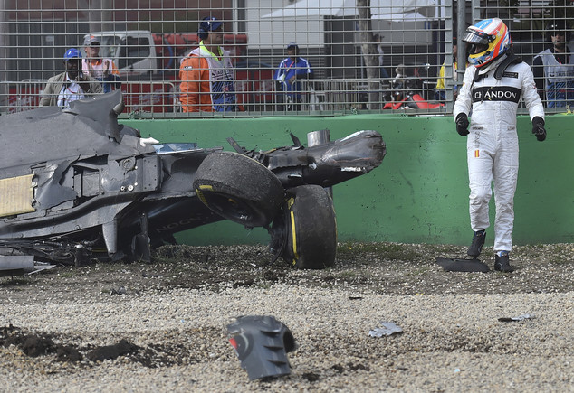 Fernando Alonso mira c�mo ha quedado su coche despu�s de la colisi�n con Estabn Guti�rrez.