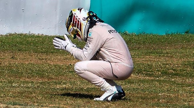 Lewis Hamilton se lamenta de su rotura en Malasia.