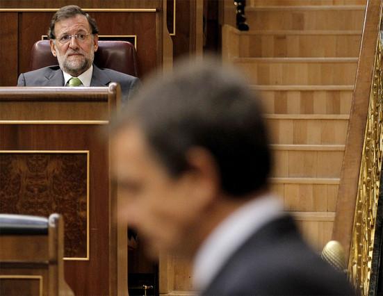 Zapatero cedeix i pacta amb el PP una reforma exprés de la Constitució
