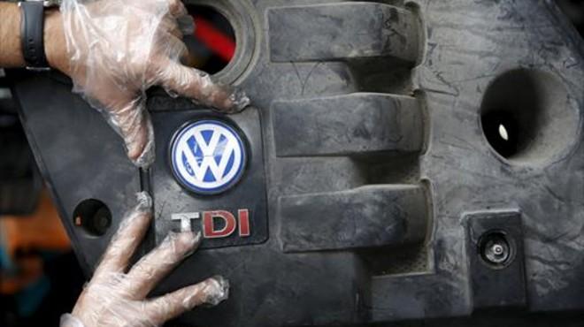 SOBRE EL MOTOR Un operario coloca la tapa de un motor di�sel VW .