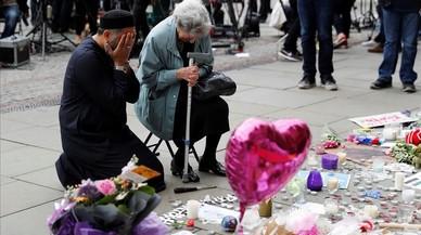Una mujer judía llamada Renee Rachel Black y un hombre musulmán llamado Sadiq Patel depositan floress florales en la Plaza de Santa Ana en Manchester.