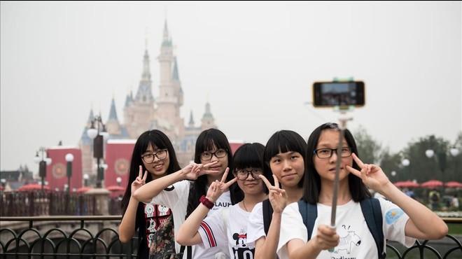 Unas visitantes al nuevo parque Disney en hacen un selfie durante la ceremonia de inauguraci�n.