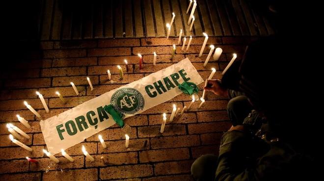 Velas en homenaje a las víctimas del siniestrado avión del club brasileño Chapecoense, en Bogotá, este martes.