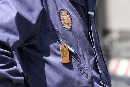 Un policía con un llavero de Franco.