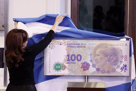 La presidenta argentina, Cristina Fernndez de Kirchner, descubre una imagen del nuevo billete de 100 pesos, con la imagen de Eva Duarte de Pern, el mircoles, en Buenos Aires. 